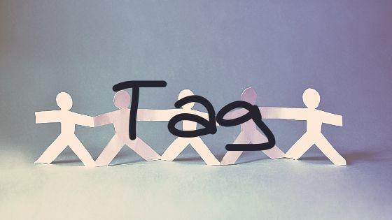 映画タグのレビュー記事のアイキャッチ画像、5つの紙人形を背景に中央に大きく「Tag」の文字